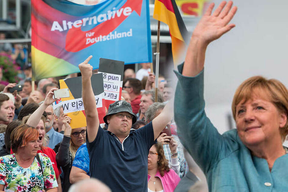 """Über 100 Menschen empfingen die Kanzlerin in Annaberg-Buchholz mit einem Trillerpfeifen-Konzert und riefen """"Haut ab, Haut ab!""""."""