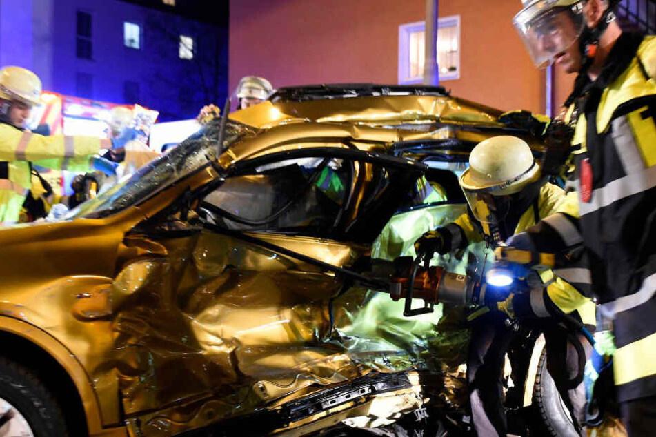Mit schwerem Gerät befreiten die Retter den 39-jährigen Autofahrer.