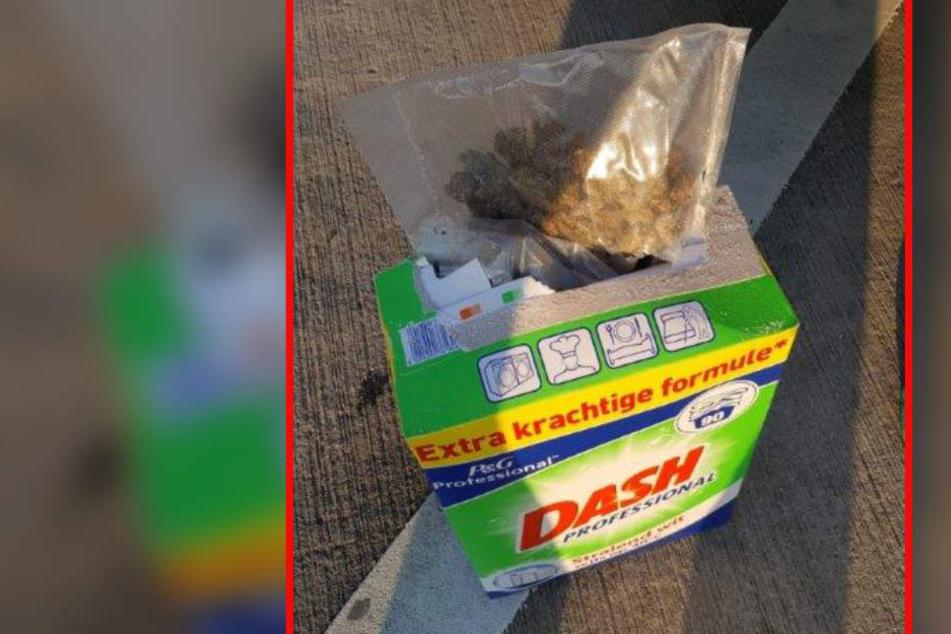 In einem Waschmittelkarton fand der Zoll rund 350 Gramm Gras.
