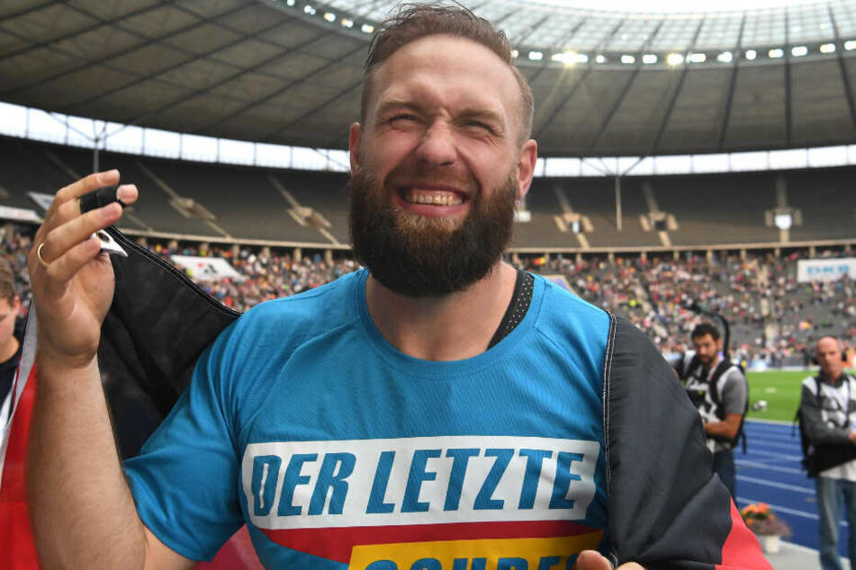 ISTAF (Internationale Stadionfest) im Olympiastadion: Robert Harting jubelt mit Deutschland-Fahne nach dem Diskuswurf der Männer. Es war sein letzter Auftritt.