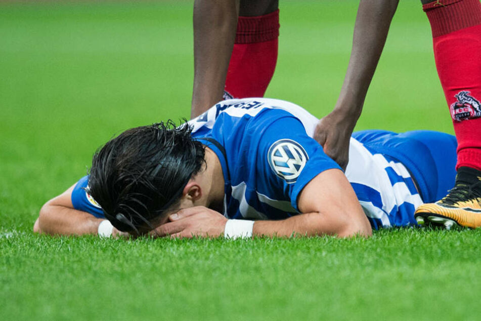 Berlins Karim Rekik liegt nach einem Zweikampf am Boden.