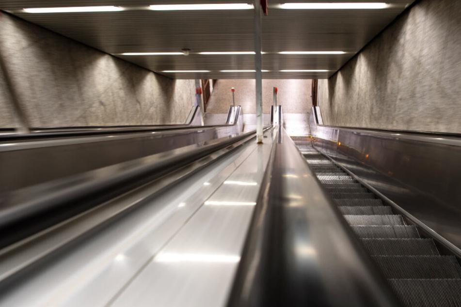 München: Mann stößt Rentnerin (76) Rolltreppe runter, Frau schwer verletzt