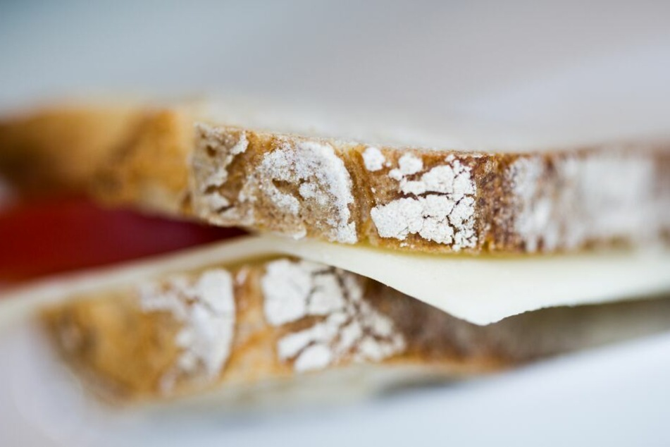 Die Brote seiner Arbeitskollegen soll der Angeklagte über Jahre hinweg vergiftet haben. (Symbolbild)