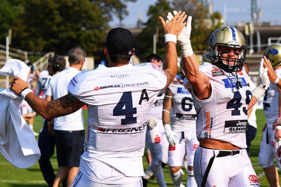 Monarchs-Quarterback Zack Greenlee und A.J. Wentland klatschen sich ab.
