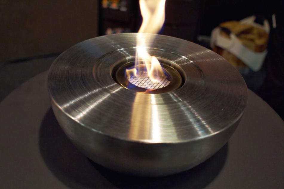 Die Frau kippte Brennstoff in ihrem Ethanol-Ofen. (Symbolbild)