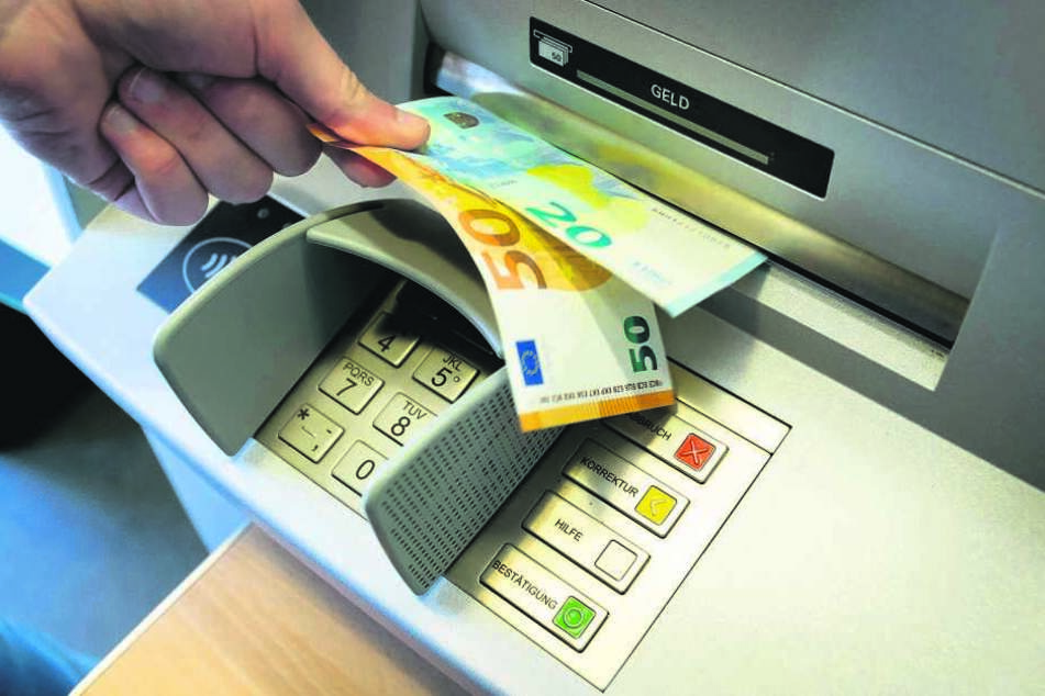 Fast eine halbe Million Euro Schaden soll die ertappte Bankomaten-Bande angerichtet haben.