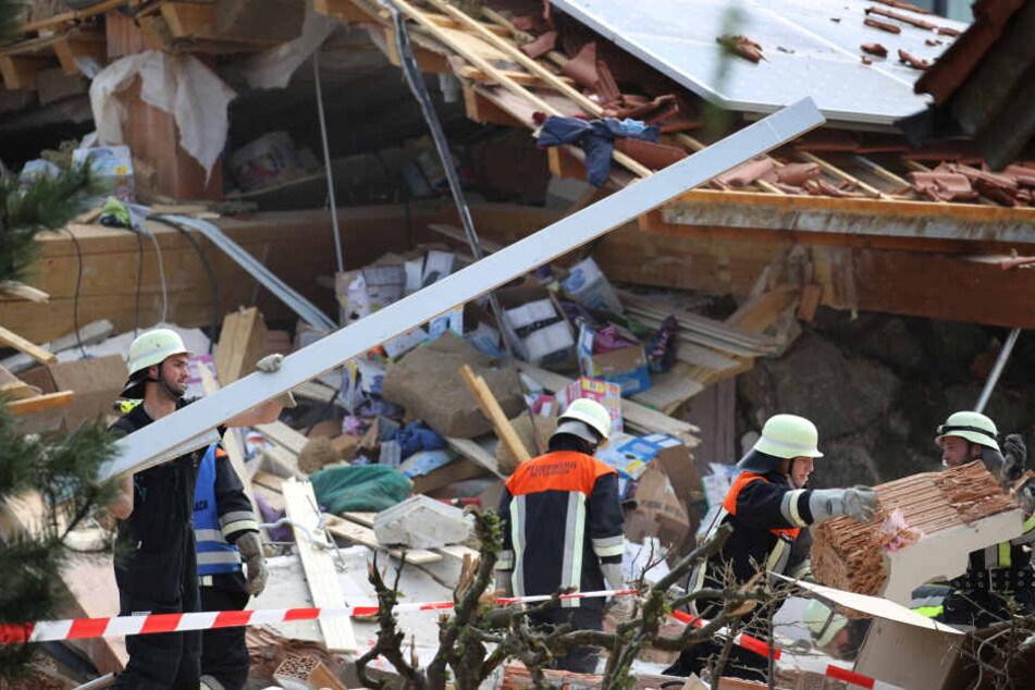 Einsatzkräfte räumen an einem zerstörten Haus Schutt beiseite. In den Morgenstunden kam es dort zu einer Explosion, Menschen wurden dabei verschüttet.