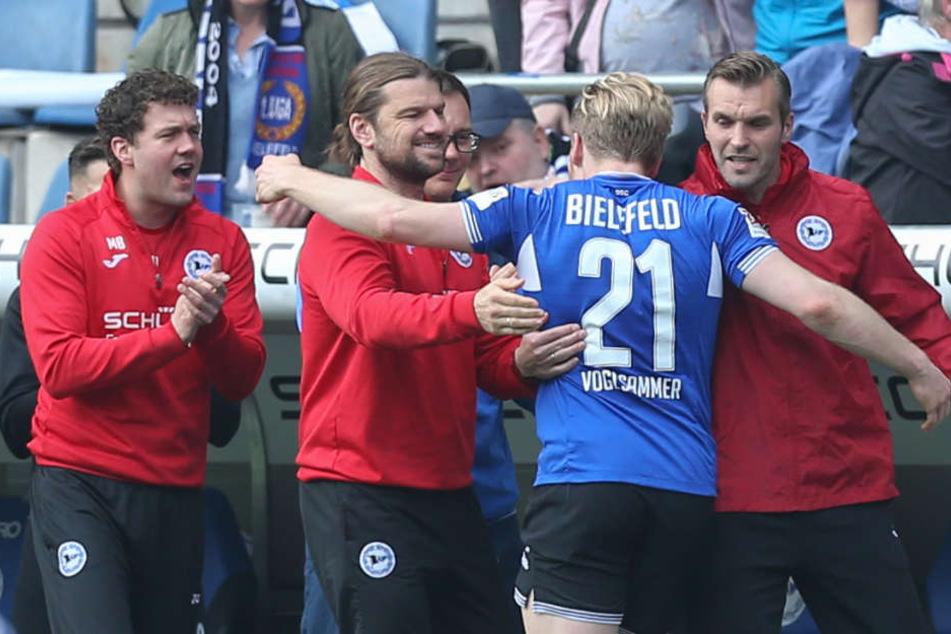 Andreas Voglsammer jubelte mit dem Trainerteam über den Sieg gegen Erzgebirge Aue.