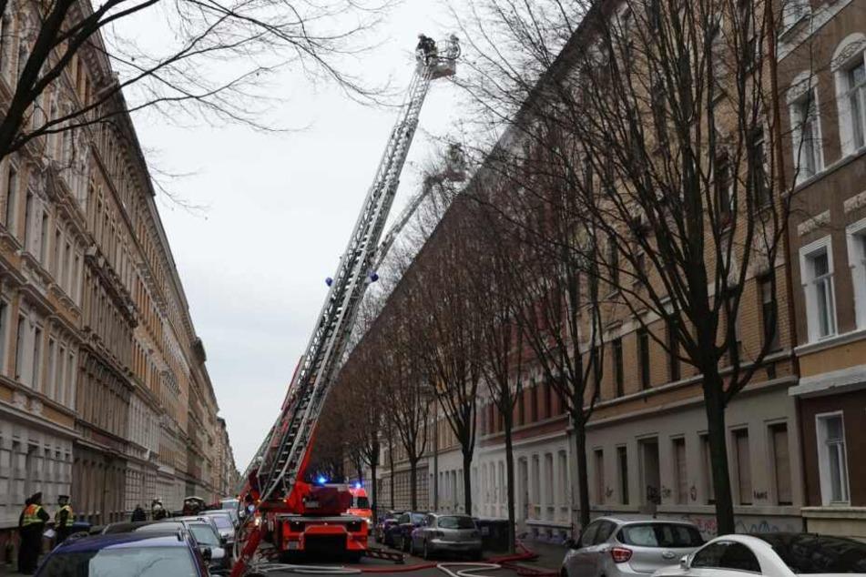 Auf der Mariannenstraße läuft derzeit ein Feuerwehreinsatz.