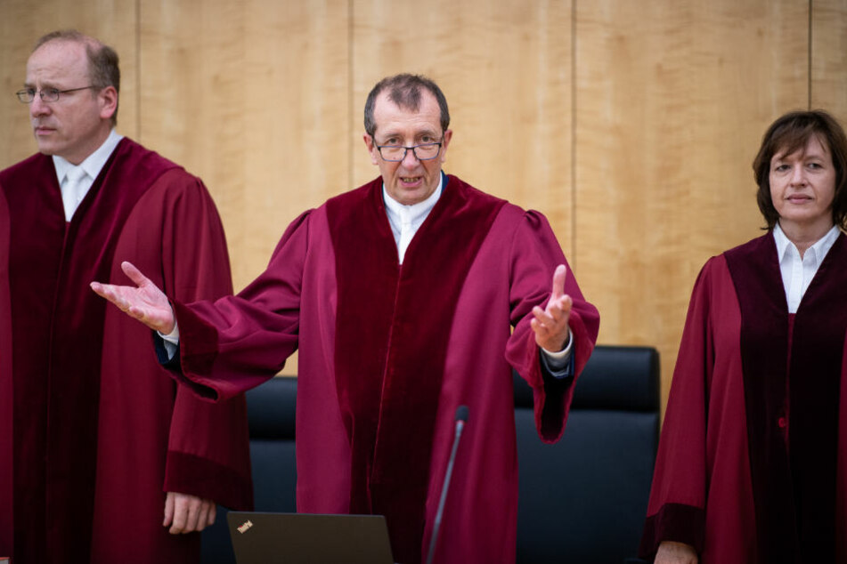Die Richter Dirk Rauschenberg (l-r), Vorsitzender Richter Bernd Kampmann und Kerstin Rasche-Sutmeier stehen zur Eröffnung des Verfahrens vor dem Oberverwaltungsgericht.