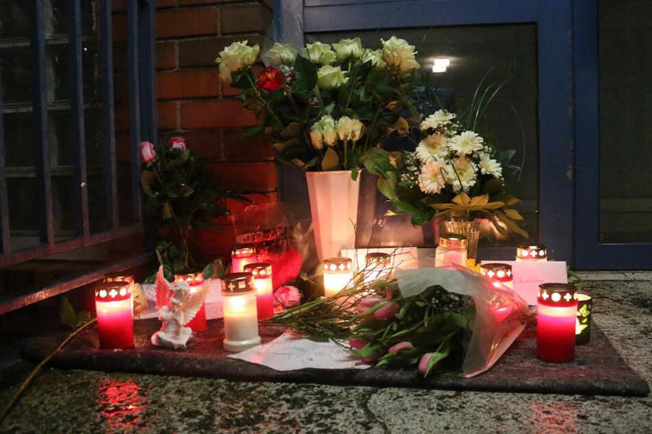 Am Hauseingang ist am Abend eine kleine Gedenkstätte entstanden.