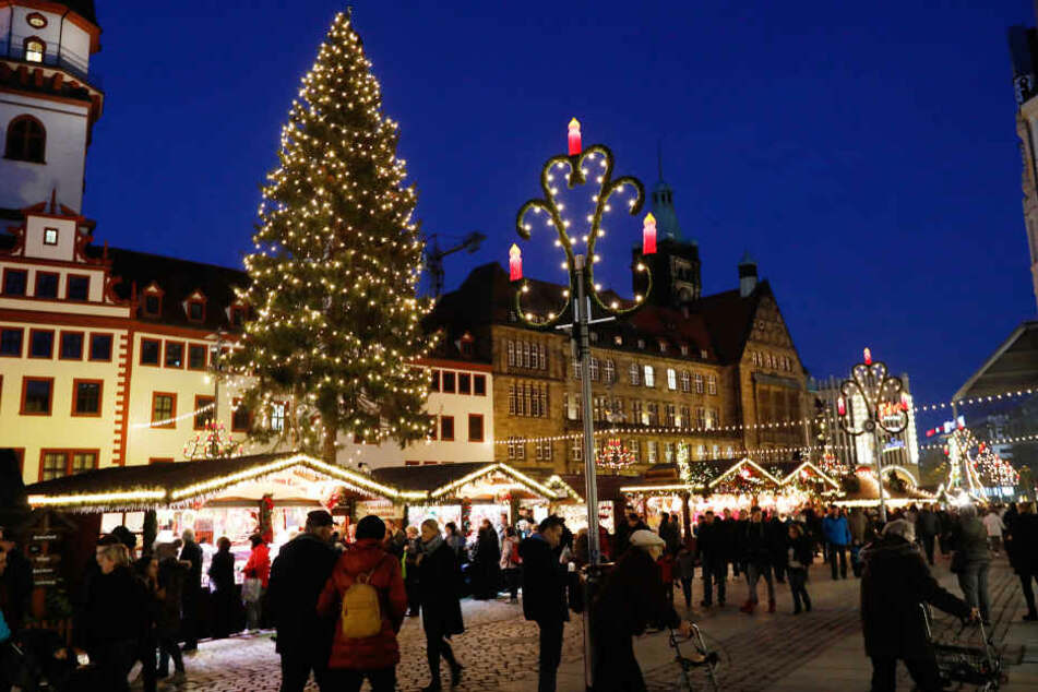 Auch wenn der Weihnachtsbaum untenrum ein bisschen Kahl ist, will Chemnitz wieder Weihnachtshauptstadt werden.