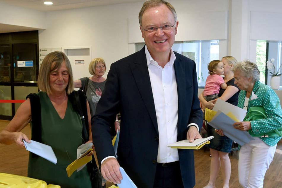 Niedersachsens Ministerpräsident Stephan Weil (SPD) war mit seiner Ehefrau Rosemarie Kerkow-Weil in Hannover wählen.