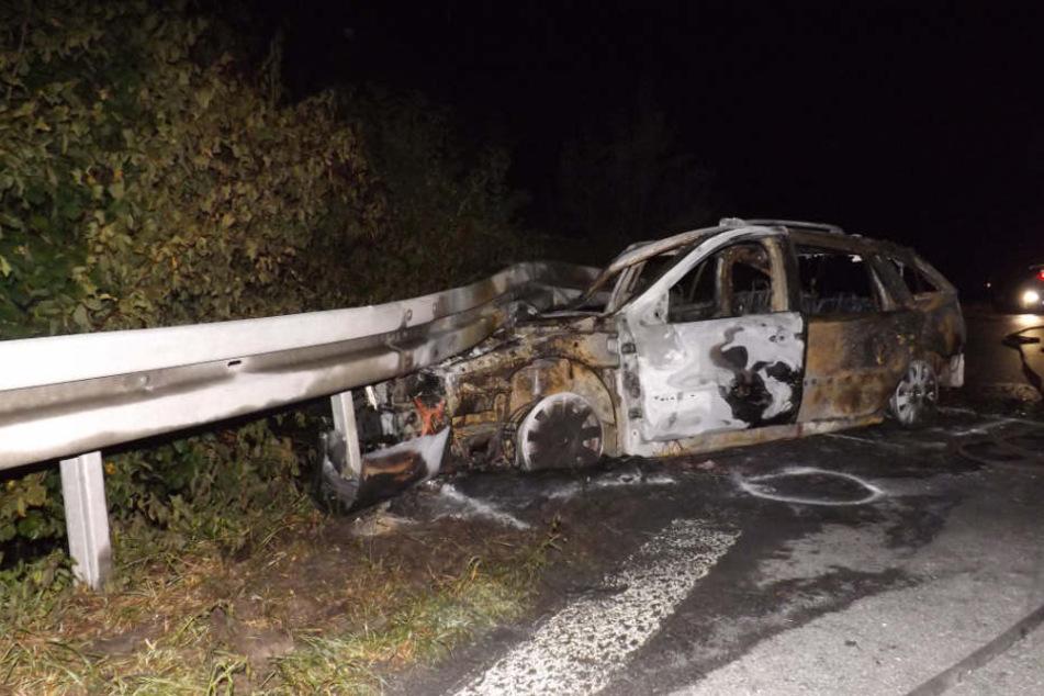 Mann legt sich nach Unfall schlafen, während sein Auto komplett ausbrennt