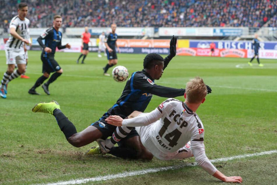 St. Paulis Mats Möller-Daehli wird von Paderborns Jamilu Collins an der Seitenlinie umgegrätscht.