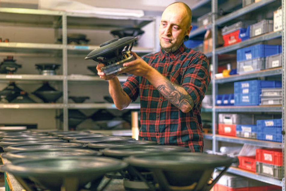 Standen einst beim Rundfunk der DDR und beim VEB Deutsche Schallplatten Berlin: Produktionsleiter Tino Grießbach (36) prüft die Kiesler-Boxen, bevor sie in Gehäuse eingebaut werden.
