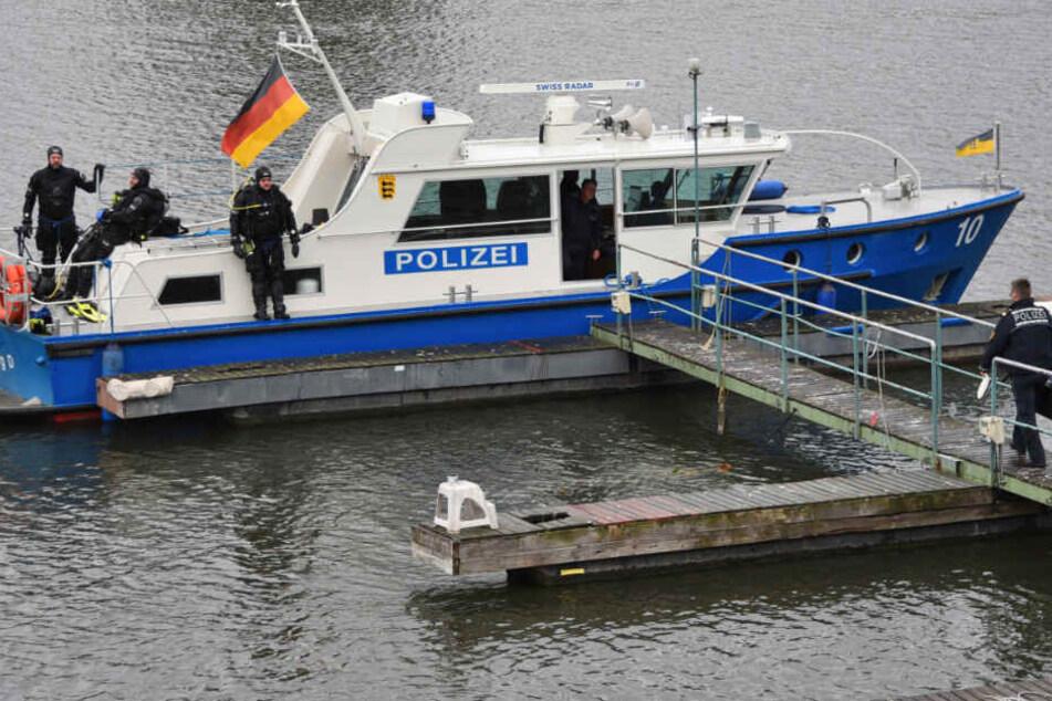 Mit dem Polizeiboot waren die Beamten auf der Suche nach dem vermissten Studenten. (Archivbild)