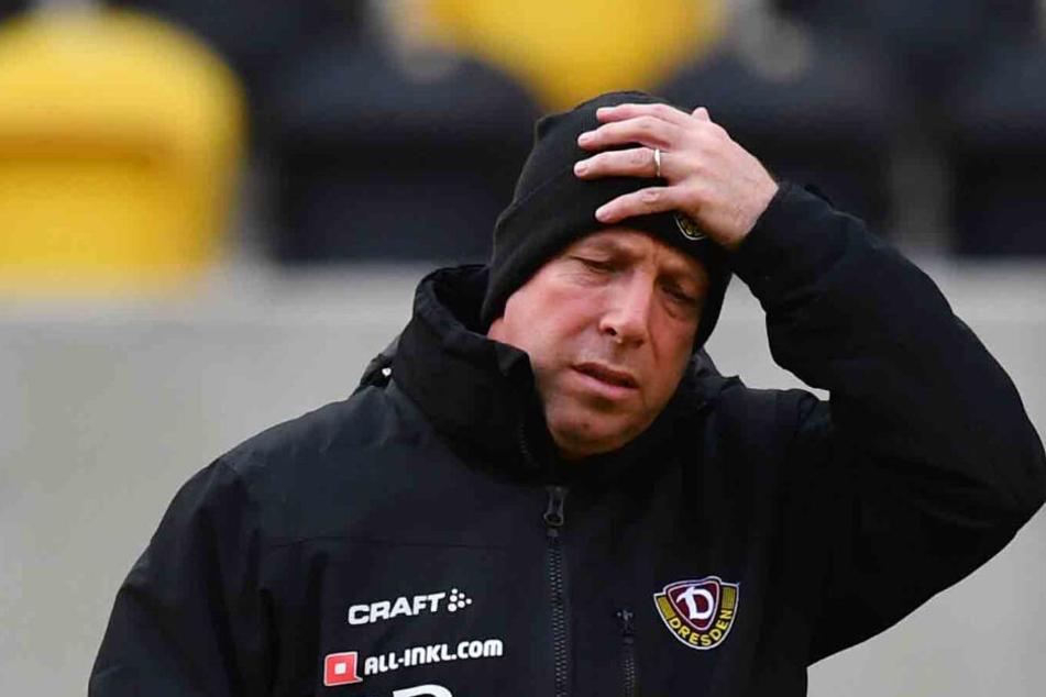 Richtet er sich nur die Mütze oder greift er sich ob der schweren Situation an den Kopf? Dynamo-Coach Markus Kauczinski.