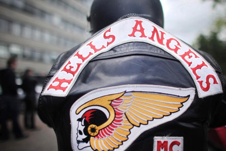 Ein Mitglied der Rockergruppe Hells Angels nimmt an einem Protestkorso teil.
