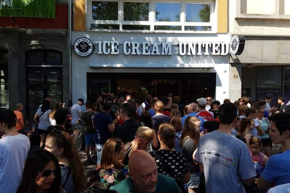 Für eine Kugel Eis aus Poldis Laden mussten sich die Fans gedulden.
