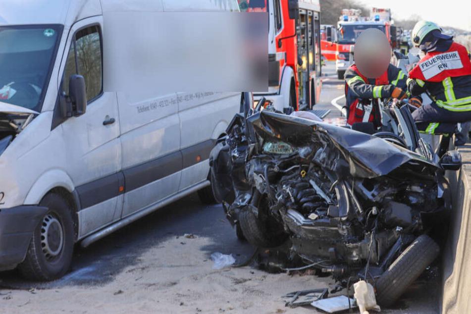 Die Einsatzkräfte der Feuerwehr benötigten 40 Minuten, um den eingeklemmten Fahrer aus seinem Auto zu befreien.