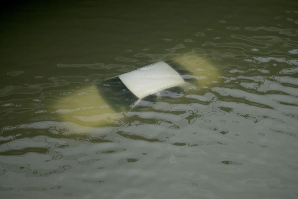 Dieses Auto wurde bei den Überschwemmungen komplett überflutet.