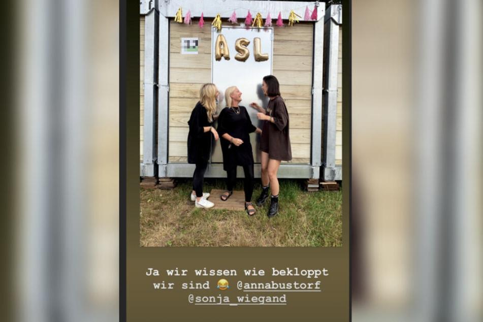 Nummer von der Redaktion gepixelt: Lena Meyer-Land amüsiert sich mit ihren Mädels vor ihrem Wohn-Container. (Bildmontage)
