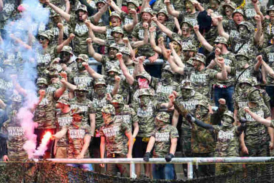Dynamofans mit Camouflage-Outfit im Spiel gegen den KSC. Das Auftreten vor und während des Spiel hatte die Durchsuchungen ausgelöst.
