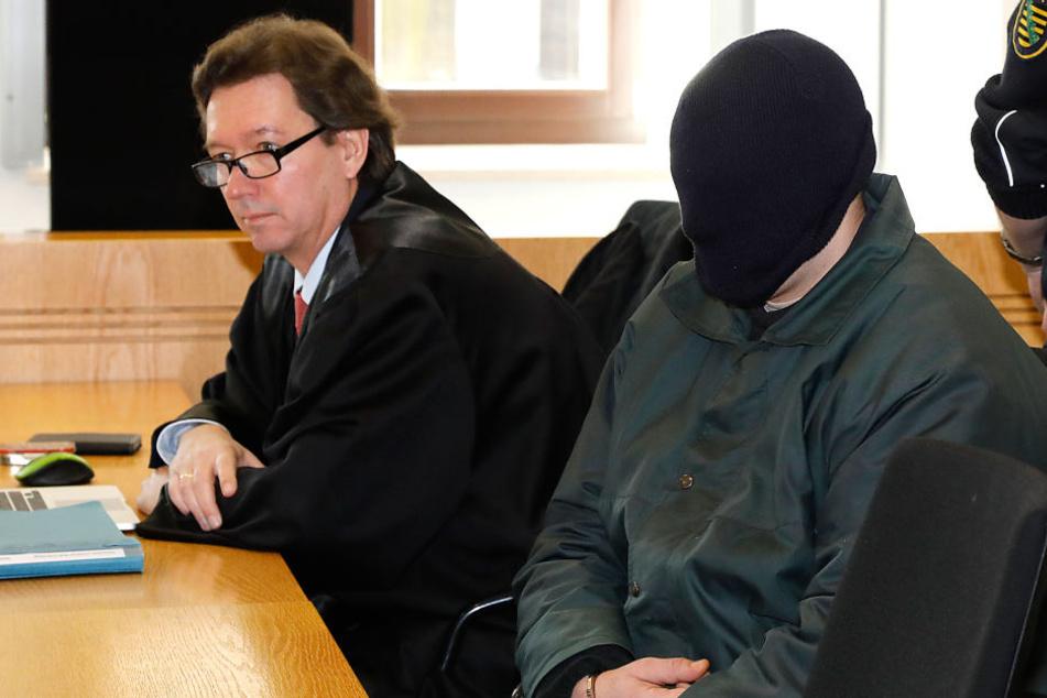 Christoph H. (25) will nicht erkannt werden - der mutmaßliche Killer zog sich am Montag seine Mütze tief ins Gesicht.