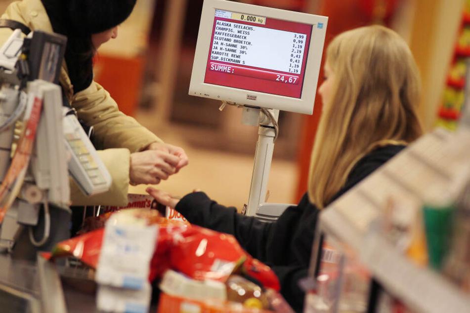Eine Frau bezahlt ihren Einkauf an der Supermarktkasse - ein veraltetes Konzept?