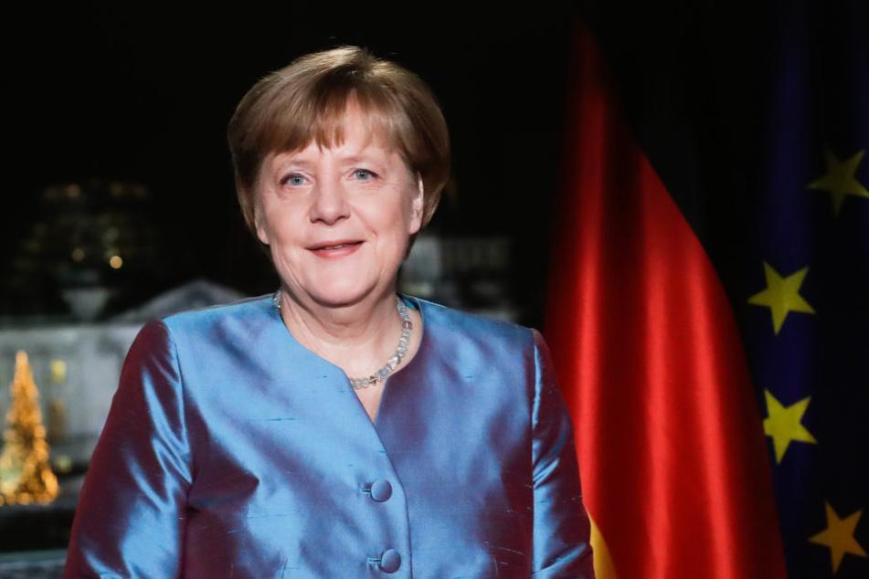 Kanzlerin Angela Merkel fordert, sich dem Hass mit Menschlichkeit zu widersetzen.