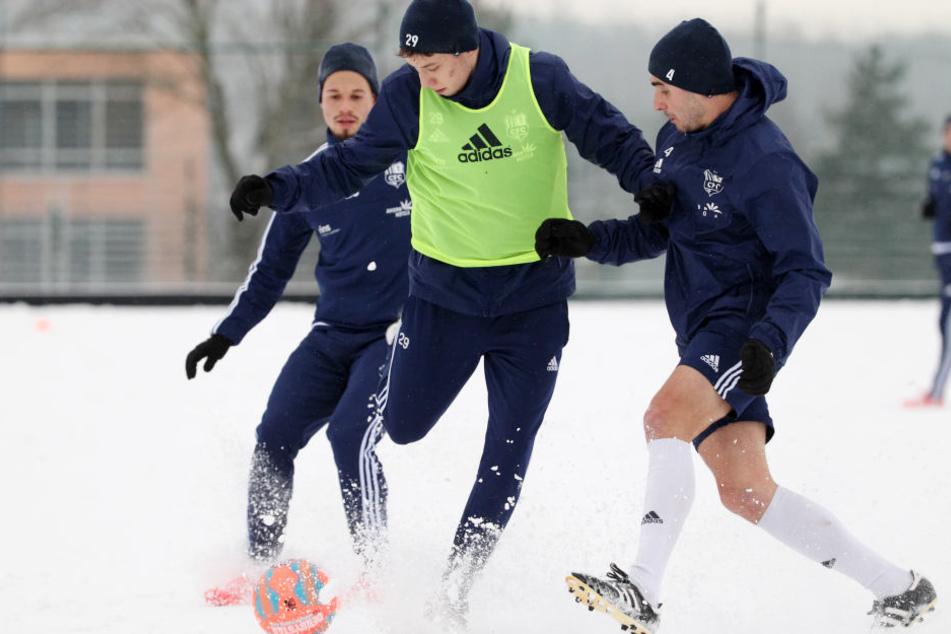 Training im Schnee (v.l.: Stefano Cincotta, Tom Baumgart und Kevin Conrad)