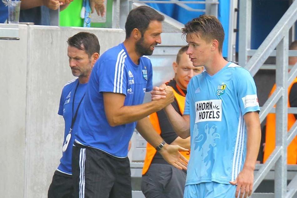 Gute Laune und warmer Händedruck: Co-Trainer Sreto Ristic mit Angreifer Florian Hansch nach dem 1:0-Sieg gegen Zwickau.