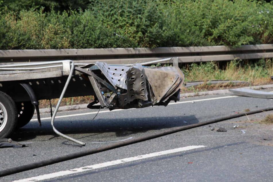 Der Mercedes-Fahrer rammte das Heck des Autotransporters.