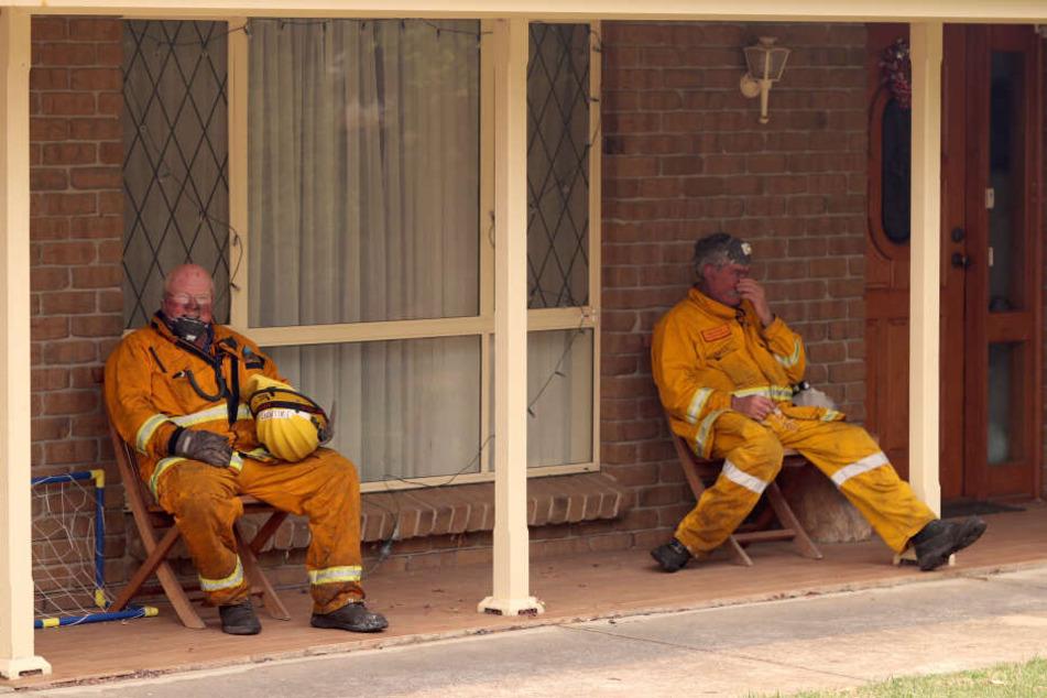 Feuerwehrleute ruhen sich während ihres Einsatzes aus. Erneut sterben infolge der verheerenden Buschbrände in Australien Menschen.