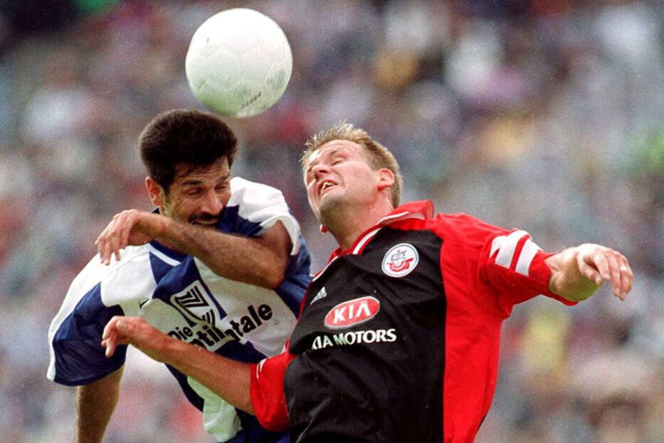 Uwe Ehlers (r.), Vater von Dynamos Toptalent Kevin Ehlers, im August 1999 im Trikot des FC Hansa Rostock während des Bundesliga-Spiels gegen Hertha BSC beim Kopfballduell mit Ali Daei.