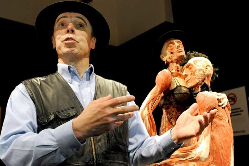 Gunther von Hagen vor zwei seiner Leichen-Exponate.