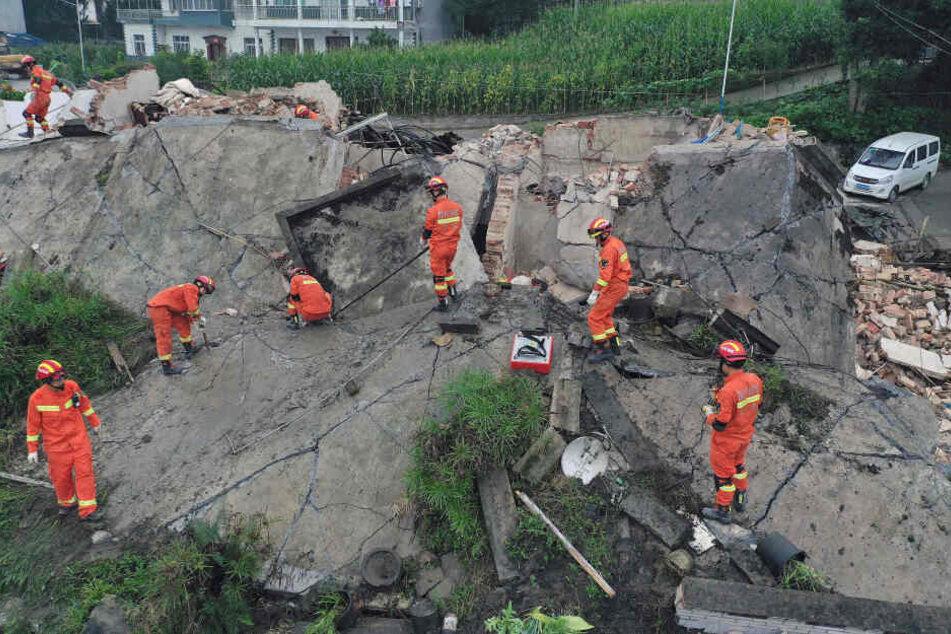 Bei dem Erdbeben wurden mindestens 12 Menschen getötet, 130 verletzt.
