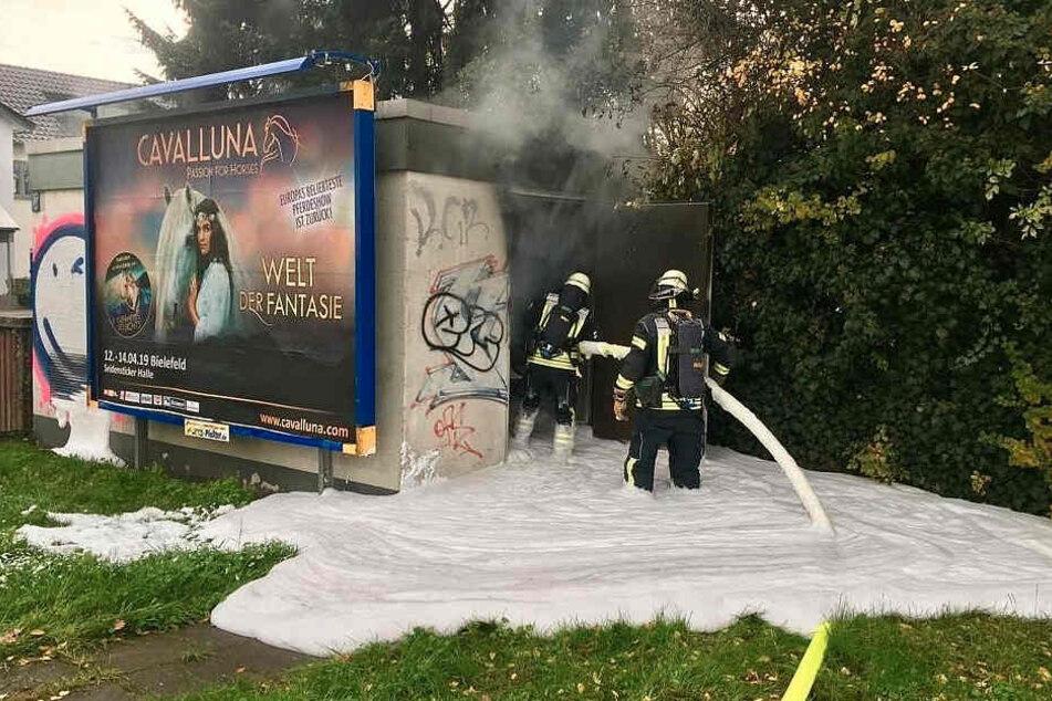 Mit Löschschaum versuchen die Feuerwehrmänner den Brand unter Kontrolle zu bringen.