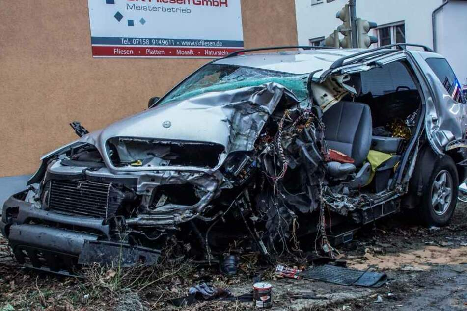 Der Mann wurde in seinem demolierten Auto eingeklemmt.
