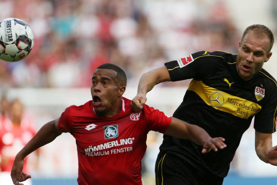 Rückrunde Saison 2018/19: Der Mainzer Robin Quaison (l.) und der Stuttgarter Holger Badstuber kämpfen um den Ball.