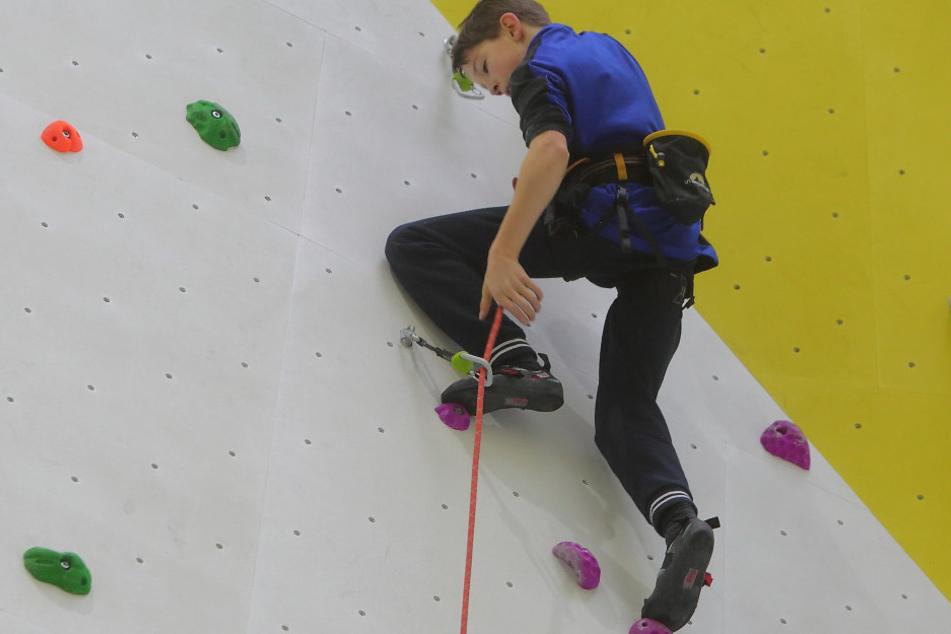 Johannes Schenkel (13) klettert vor den Augen der Eröffnungsgäste als Erster  hoch hinaus.