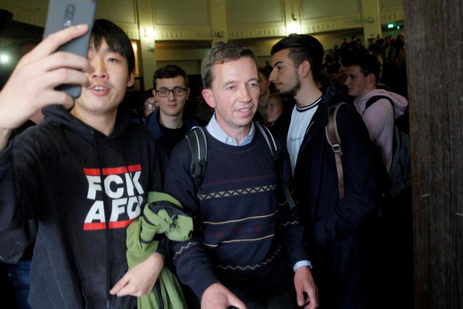 Hamburg, Mitte Oktober: Bernd Lucke (57, Mitte) verlässt nach der verhinderten Vorlesung den Hörsaal der Uni.