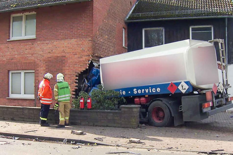 Der Tanklaster krachte nach dem Unfall in ein Wohnhaus.