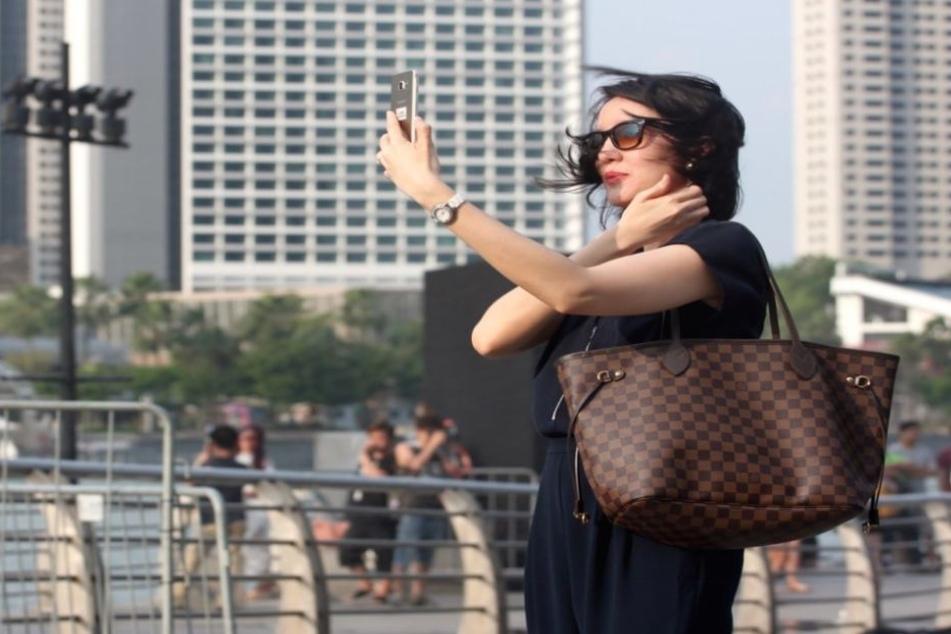 Kurz ein Selfie in einer fremden Stadt? Heute keine Seltenheit.