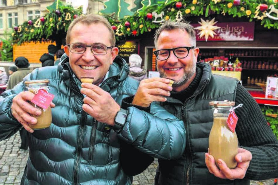 Nudossi-Chef Thomas Hartmann (48, l.) und Sternekoch Stefan Hermann (47) genießen einen Nougat-Eierlikör im Waffelbecher.