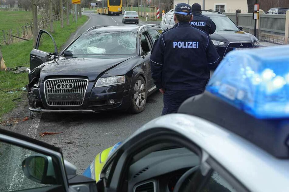 Audi-Crash in Pillnitz, Retter müssen Fahrer befreien