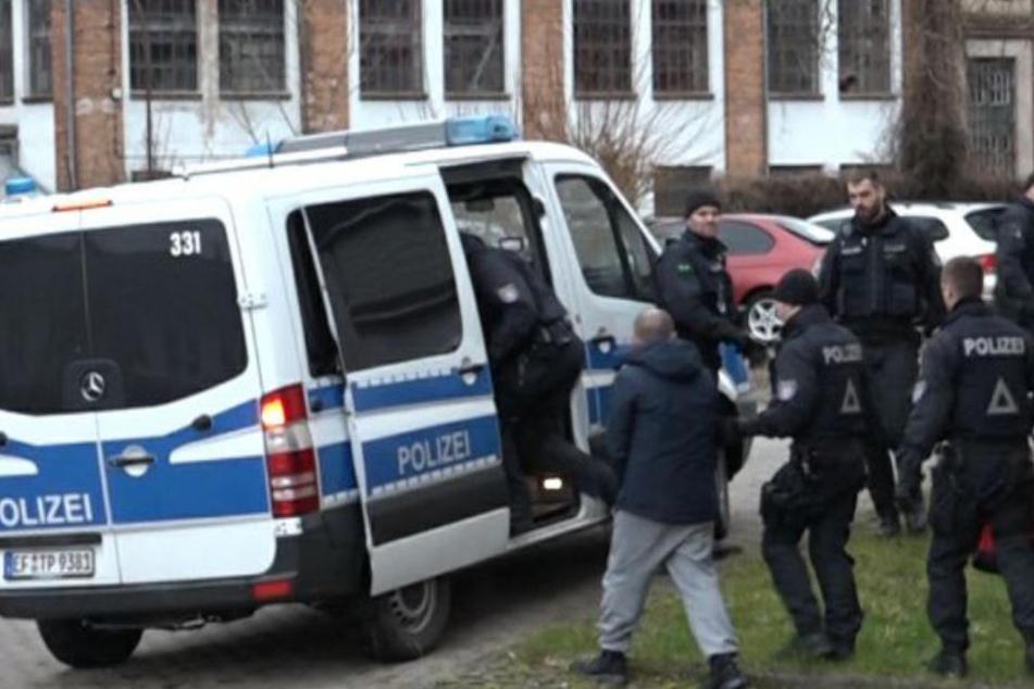Im Zuge des Polizeieinsatzes konnten wie hier in Suhl mehrere Tatverdächtige festgenommen werden.