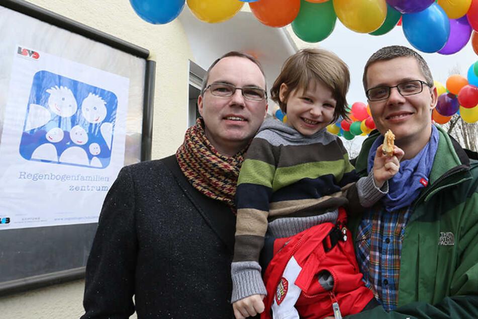 """Kai und Michael Korok mit ihrer Pflegetochter Jana bei der Eröffnung des Regenbogenfamilienzentrum 2013. Ihr """"Bruder"""" Maximilan wurde jetzt von dem Paar adoptiert."""