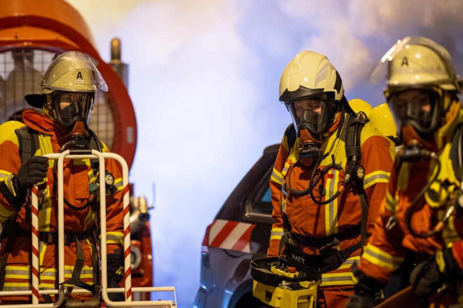 Die Feuerwehr musste laut eigenen Angaben schwere Atemschutzmasken verwenden, um den Brand zu bekämpfen. (Symbolbild)